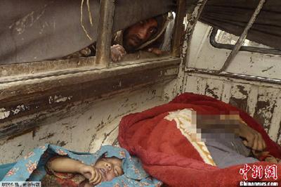 据坎大哈省当地政府官员介绍,当地时间3月11日凌晨,一名美军士兵闯入该省潘杰瓦伊地区美军基地附近一村庄的几栋房屋里,向屋内平民开枪,包括妇女和儿童在内的16名平民被打死。这是一名阿富汗男子透过车窗查看车内的尸体。