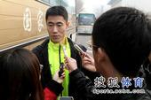 图文:国乒出征多特蒙德世乒赛 王励勤接受采访