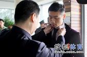 图文:国乒出征多特蒙德世乒赛 许昕在系领带