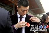 图文:国乒出征多特蒙德世乒赛 马龙别好国徽