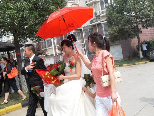 侯勇 潘雨辰/45岁侯勇再婚家乡设宴新娘潘雨辰平安产女(图)