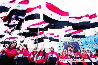 15日,在叙利亚国内冲突爆发一周年之际,叙利亚数万民众举行支持总统阿萨德的集会。CFP供图