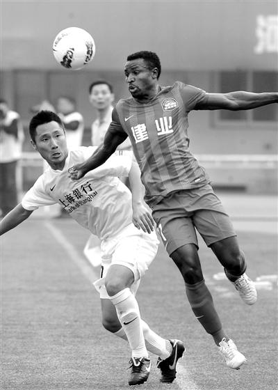 河南建业即使拥有非洲杯最佳球员卡通戈(右),依然难免两连败的命运。新华社发