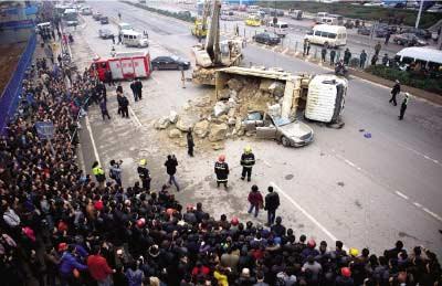 大货车应急时侧翻大石压瘪奔驰车 2人遇难 图高清图片