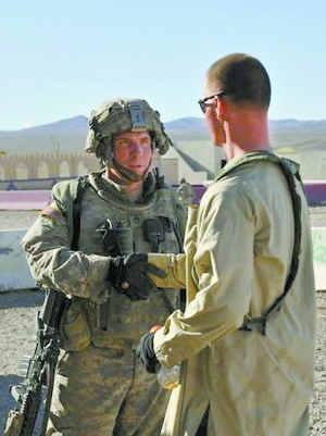 这张资料照片显示,2011年8月23日,涉嫌在阿富汗枪杀平民的美军士兵罗伯特・贝尔斯(左)在位于美国加利福尼亚州欧文堡的国家训练中心参加训练。 新华社/路透