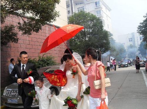侯勇/45岁侯勇再婚家乡设宴新娘潘雨辰平安产女(图)