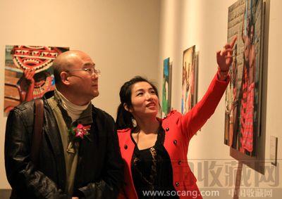 北京电影学院摄影学院院长 教授宿志刚(左)参观展览图片