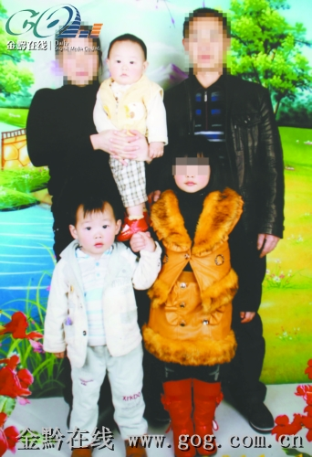 李发银/李发银的全家福,穿裙子的小女孩就是当年被拐的女儿。