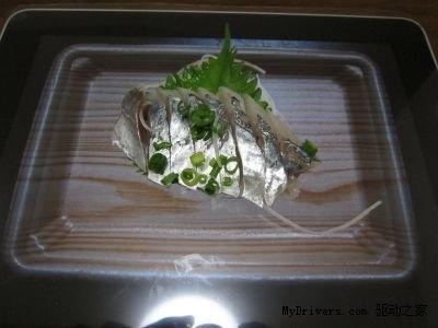 日本变态宅男用iPad当餐盘 吃寿司拌咖喱