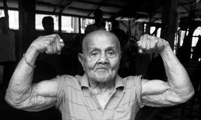 印度身高1米5健美先生过百岁 遗憾未见施瓦辛格