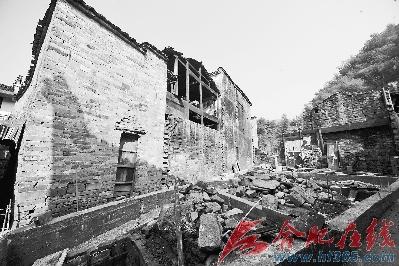 被拆除的古宅根基上新添了钢筋混凝土与周围的马头墙显得格格不入
