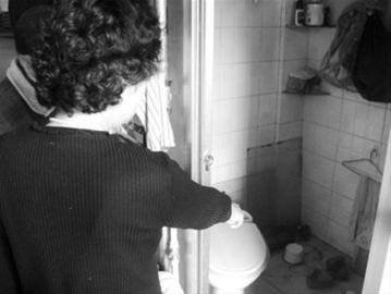 为阻止返脏水,居民王素霞家挪开了坐便,封了下水管道。