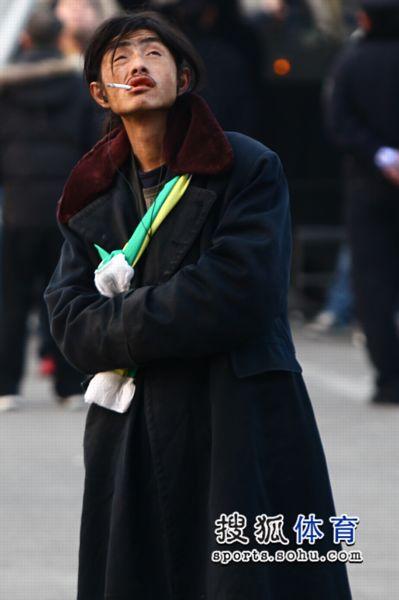 幻灯:美女球迷助阵国安 工体惊现球迷版犀利哥