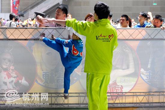 2011年第七届动漫节上志愿者在服务。(资料图片)