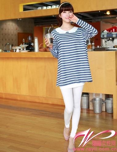 条纹长款针织衫搭配白色legging