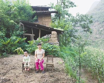 陕西省旬阳县石坪村,吴会琴和两岁的儿子在家附近的空地上。吴会琴的丈夫外出打工。