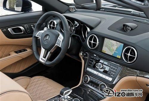 内饰方面,奔驰全新一代SL 65 AMG的布局也不出意料的和全新一代奔驰SL相同,但从官图上来比较,做工更加精益求精,档次感得到了进一步提升。