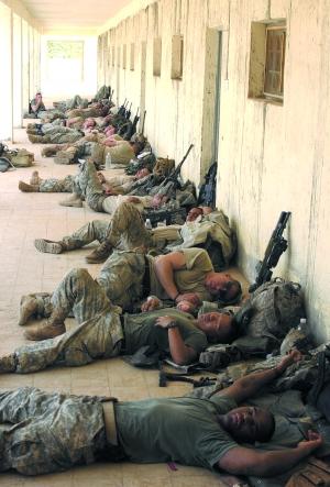 2007年8月14日,驻伊美军士兵执行任务后在伊拉克的迈克塞尔休息.