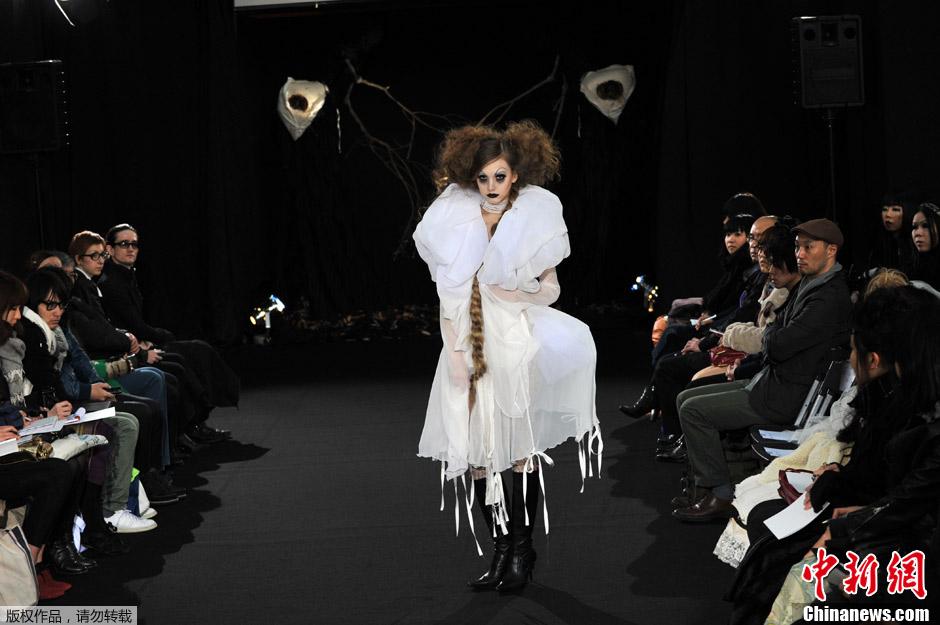 日本 东京/2012年3月20日,日本东京,在东京秋冬时装周上,模特展示由...