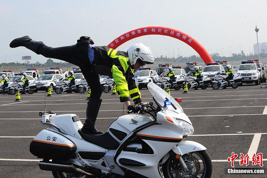 深圳交警开展应急处突演练 警察骑摩托车展特技