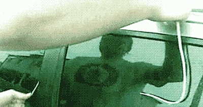微博上惊现震撼短片 一根绳,6秒钟,弄开上锁车门