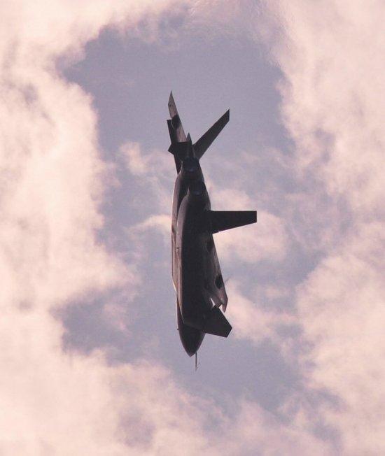 解放军J-20足以压制F-35 配备专门研发制导导弹