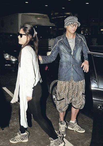 洪天明与周家蔚昨天(3月21日)结婚却玩神秘,把新郎、新娘形象保密,但他们却穿着情侣鞋显默契。