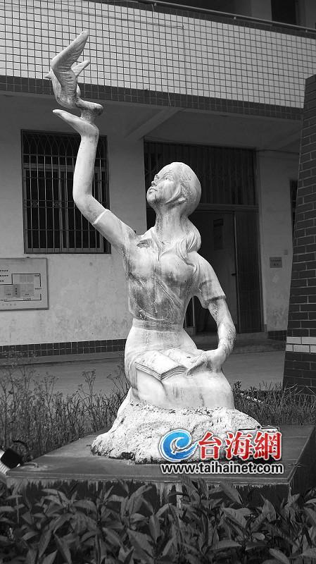 读书顶个鸟用?!漳州财贸学校一雕塑被如此解