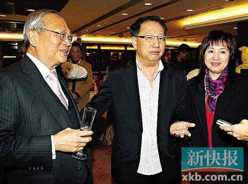 梅小青刘家豪夫妇(右一右二)