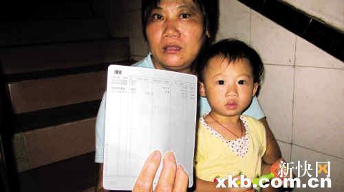 广州 彭姨举/目前租住在白云区槎龙村的彭姨举着发放临迁费的存折说,她每个...