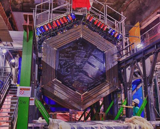 """研究人员利用费米国家加速器实验室的一台名为""""NuMI""""的粒子加速器产生的中微子束射向1千米以外的一个埋藏于岩洞中的中微子探测器,结果,中微子束发送的信息穿透了240米厚的坚硬岩石"""
