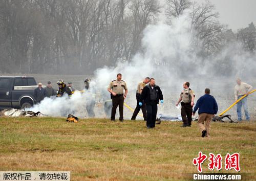 3月21日,一架小型飞机在美国明尼苏达州格伦克(Glencoe)郊外坠毁,机上3人不幸遇难。警方已展开调查。图为事故现场警方展开调查。