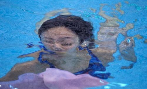 何姿水中身影飘逸