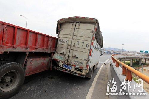 被撞 险些 小货车/小货车险些被撞下桥
