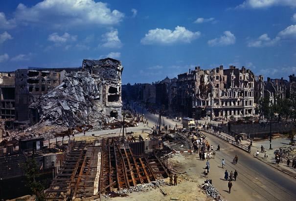 1945年7月,德国柏林随处可见损坏的房屋和桥梁建筑.图片