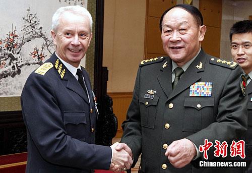 国防部长梁光烈会见瑞典三军总司令