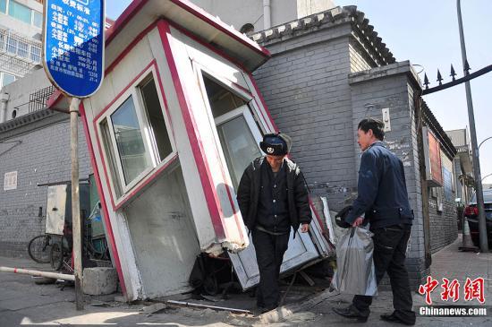 北京 左右/3月23日,北京西绒线胡同一小区保安亭被大风吹倒。