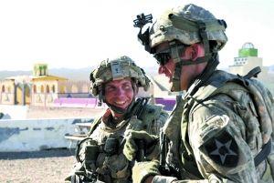 涉嫌枪杀阿富汗平民的美军士兵罗伯特・贝尔斯(上图左)将受到指控,罪名包括17项谋杀罪和6项企图谋杀罪,定于23日正式宣读。一旦罪名成立,最高可判死刑。