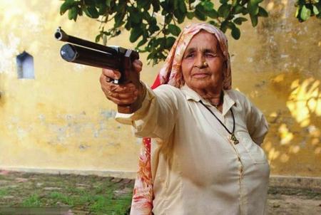 """78岁,早就到了连看报纸都要戴老花镜的年龄,但印度有这么一位老奶奶却是一名神枪手。练习射击仅仅10年的她不光玩手枪,步枪也相当了得,简直就是个""""双枪老太婆""""!"""