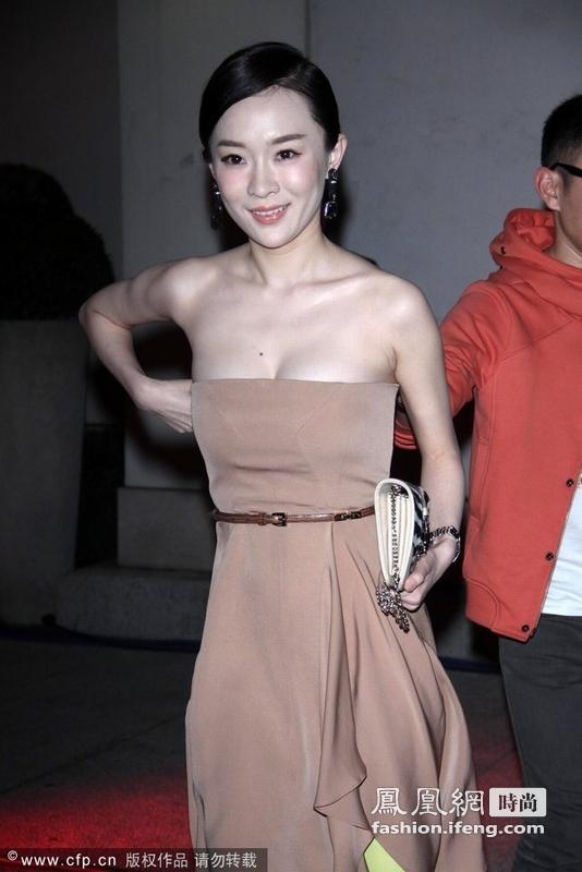 近年来,霍思燕慢慢从电视银幕转向时尚圈,经常参加许多国际一线品牌的发布会。从很多年前的《贫嘴张大民》到现在我们看到的时装周上的她,似乎感叹时光在她身上并没有太多的变化。