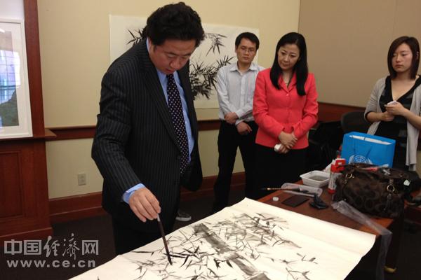 """王林旭在演讲中介绍了中国书画艺术的起源、特征和发展史,他本人从具象到抽象再上升到""""超象""""的艺术创作和创新历程。中国经济网记者刘宇/摄"""