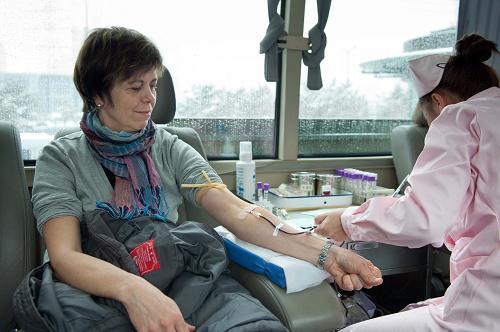 中国 长春/3月24日,一名在长春工作的外国人正在献血。