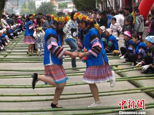 壮族女孩在跳竹竿舞杨华伟摄