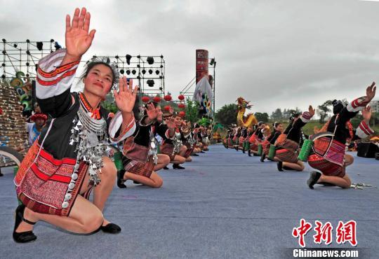 黎苗/原生态少数民族村落歌舞。骆云飞摄