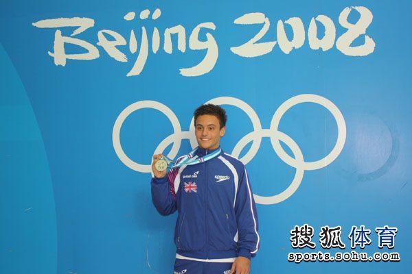 图文:北京站男子单人10米台 戴利展示银牌