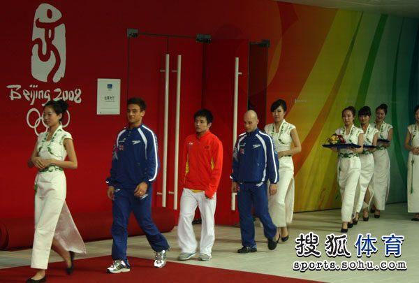 图文:北京站男子单人10米台 礼仪引导获奖选手