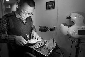 范师傅研制的磨剪刀机器如今已升级到第四代.图片