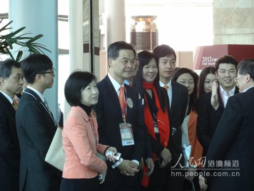 行政长官候选人梁振英(左四)在投票现场。 (人民网记者葛瑜玮摄)