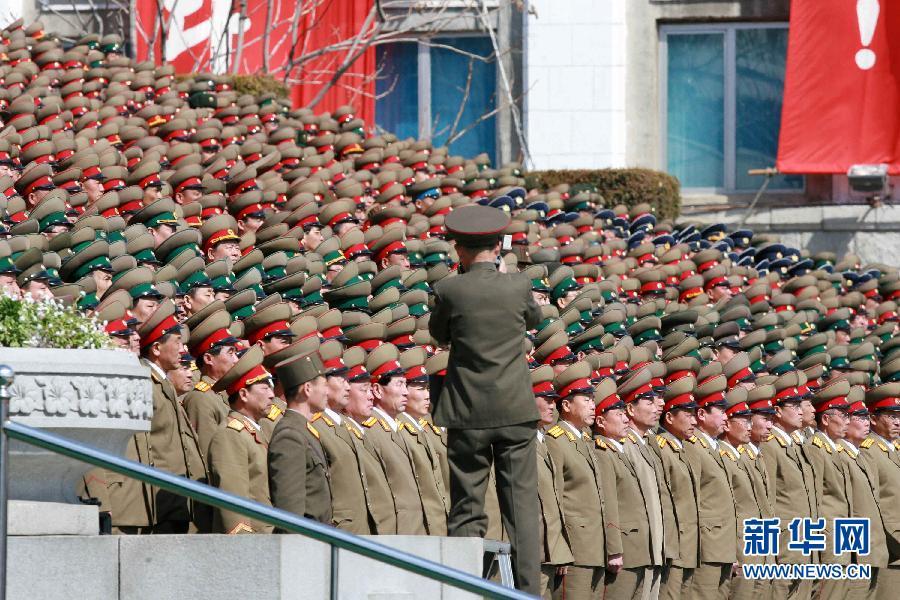 3月25日,朝鲜在平壤金日成广场隆重举行中央追悼大会,纪念金正日逝世100天。朝鲜最高领导人金正恩率朝鲜党政军领导人参加了中央追悼大会。新华社记者张利摄