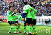 图文:首尔2-1全北 全北队庆贺得分